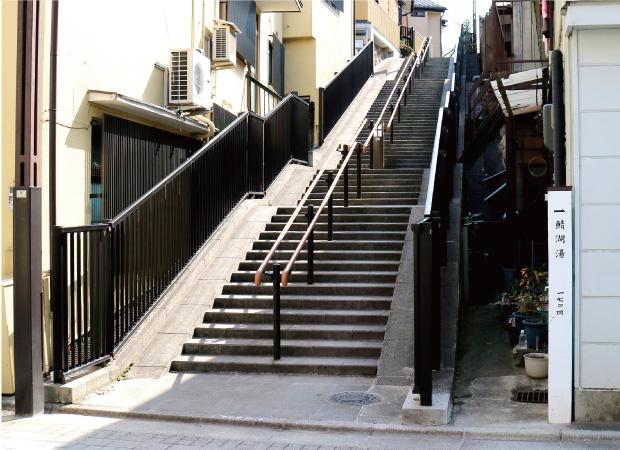 路地にある階段